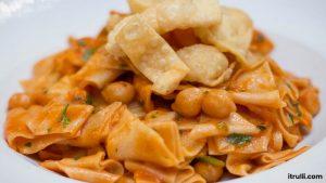 Piatto a base di pasta sottile, legumi o verdure ed impasti di farine fritti.