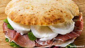 Panino farcita con tonno, capperi, pomodori secchi o verdure sottolio, come aperitivo
