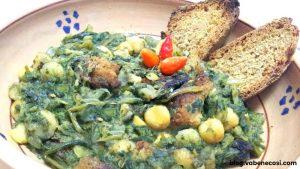 Piatto a base di legumi, fave o fagioli - verdure selvatiche, oppure cicorie o rape e del pane del o dei giorni prima, opportunamente bruscato o fritto